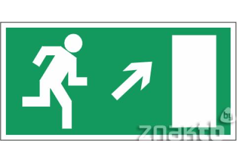 028 Знак Направление к эвакуационному выходу (по лестнице направо вверх)  код Е05